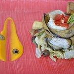 Filetto di Branzino in abbraccio di verdure, su letto di cavolo e salsa agli agrumi