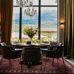 Стол для большой компании с великолепным видом на гору Аибга
