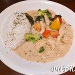 泰式綠咖哩雞肉燴飯:我點的是綠咖哩,吃起來甜甜的不會辣,但是又有綠咖哩該有的香氣,加入不少紅椒,花椰菜跟雞肉,營養又好吃。