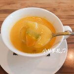 南瓜濃湯真材實料,有很多南瓜塊,又軟又綿密。