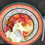 Verse aarbeiden met ijs en slagroom als dessert. Het bord was zeer goed gevuld.