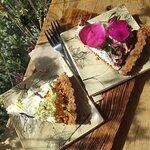 Ciasto z różą (po prawej) i z lawendą