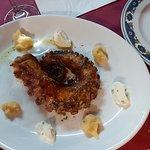 Pata de pulpo a la brasa con puré de patata y alioli.