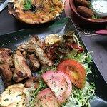 Falafel, Pan libanés con queso y Kebab de pollo.