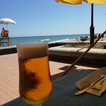 Cervecita fresquita con vistas al mar
