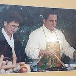 Robert Makłowicz gotuje babkę ziemniaczaną w Łukaszówce, 1999.
