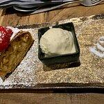 Nachspeise - hausgemachter Apfelstrudel mit Schafmilcheis Vanille