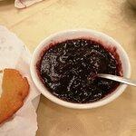 Per ultimo, tortei con marmellata ai frutti di bosco.