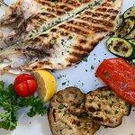 Seebrasse vom Grill mit Gemüsebeilage