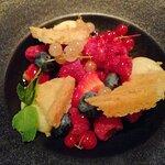 Le dessert du jour : une tarte aux fruits rouges, déstructurée