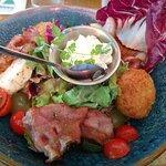 Salade Biquette: chèvre sous toutes formes, salade, raison, bacon grillé