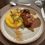 Prato principal: Barriga de porco com purê de mandioquinha e farofa panko e limão siciliano.