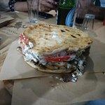 Σκεπαστή πίτα με χοιρινό γύρο.