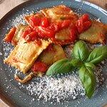 Ravioli con salsa pomodore e basilico: Hjemmelavet fyldt pasta - ricotta - spinat - tomat - basi