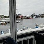 utsikt over fjorden i vannkanten hvor man sitter.
