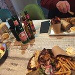 På borde torsk, kyckling och vegetariskt. Till det lokalbryggd öl.