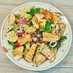 Kurz gebratene Fischfilets und Calamari mit knackigem Seegras auf Salat, Röstkartoffeln und Pomm