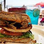 yumm yummm creo que era hamburguesa de pollo especialidad del cheff