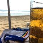 Quitate el traje de baño mientras tomas una cerveza en los camastros que tienen sobre la playa.