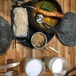 Bobó de camarão com arroz de coco e farofa de banana