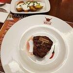 FILLET STEAK z hovězí svíčkové Aberdeen Angus, grilované bramborové plátky, pažitkový dip