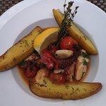 Oktopus mit gratinierten Tomaten und Kartoffelspalten