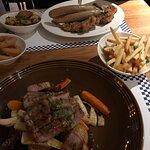 Svinenakke, schnitzel og fantastiske løkringer. Jeg vet ikke hvorfor vi bestilte pommes frites,