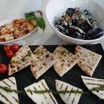На фото: сыр халуми на гриле, кальмары и мидии Блю Чиз)