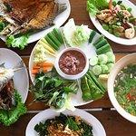 เมนูเด่นของทางร้าน จะเป็น เมนู อาหารท้องถิ่น ของภาคใต้ และ เมนู อาหารทะเล ที่คัดสรร แต่ วัตถุดิบ