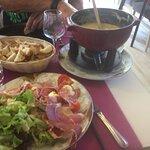 Fondue Jurassienne servie avec salade ou salade ,charcuteries,assiette très copieuse