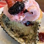 Essa foto é do meu cupcake de frutas vermelhas, já cortado e saboreado!