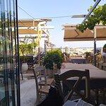 Οι χώροι του εστιατορίου και η θέα στο Λιμάνι