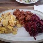 Ziemniaki zapiekane, karkówka po węgiersku, surówka