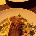 Gegrillter Lachs auf Tagliatelle in Weißweinsoße