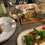 Салат с баклажанами в кляре, черноморская барабулька, роллы Тот самый домбай