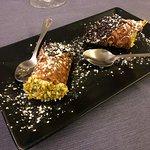cannolo siciliano con granella di pistacchio e gocce di cioccolato