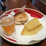 Cecina, focaccina con pancetta e scamorza, birra alla spina: ottimo!