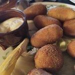 Croquetas de jamon y bacalao, secas, sabor a harina y sin sabor.