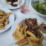 μανούρι με μαρμελάδα κρεμμυδιού, τηγανιτές πατάτες και κοψιδάκια