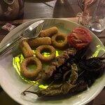 Patates kızartması yok diye soğan halkasıyla doldurulan bir tabak ve 75 gr yanmış et