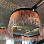 Мы веселые медузы... Стильное освещение под бетонным потолком..