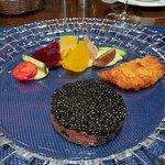 Tatar vom Almochsen mit Kaviar und Reiberdatschi