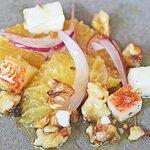 Salada de laranja, com cebola e queijo