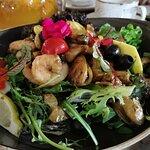 Теплый салат с мидиями, креветками, мясом рапана и красной икрой. Морепродуктов в салате много,