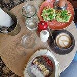 Açai-Bowl (vegan) und Avocadobrötchen mit weichem Ei