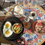Avo-Avi (Avocado-Toasts mit Spiegelei) und die vegane Happy Smoothie Bowl (mit Müsli, Beeren und