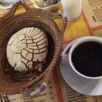 Café de olla con una concha, están exquisitos.