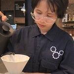 Cô công nhân bé nhỏ của xưởng gửi gắm cả niềm đam mê vào cà phê