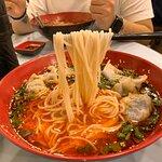 「豐信餃子店」採用嘅米線較坊間食開嘅煙韌,更掛湯!