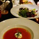 sopa de cenoura, salada de cogumelo e queijo de cabra